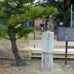 弥二郎誕生地の石碑。ど真ん中の亀裂がちょっと哀しい・・・